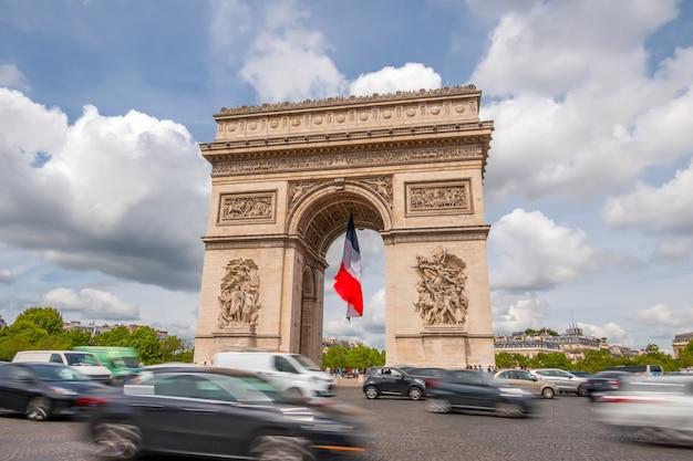 Francja. paryż. plac wokół łuku triumfalnego. duży ruch. chmury szybko biegną