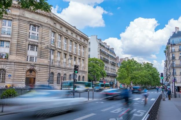 Francja. paryż. ulica w centrum miasta o dużym natężeniu ruchu. letni dzień