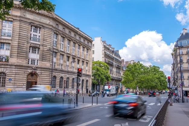 Francja. paryż. ulica w centrum miasta z ruchem ulicznym. letni dzień
