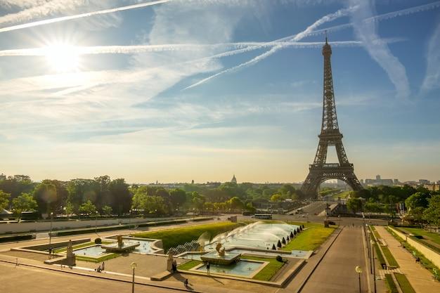 Francja. paryż. wieża eiffla i fontanna w ogrodach trocadero. słoneczny poranek