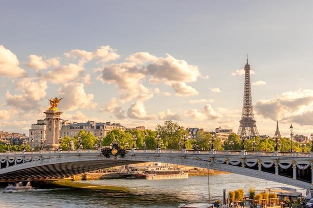 Francja. słoneczny letni dzień w paryżu. most aleksandra iii i wieża eiffla