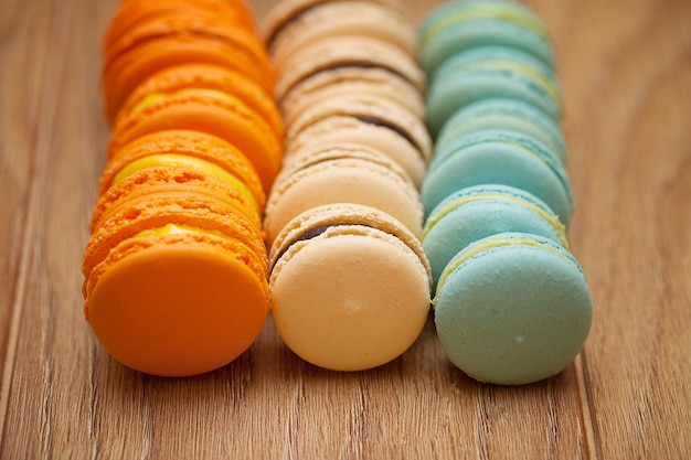 Francuscy wyśmienicie deserowi macaroons na drewno stole