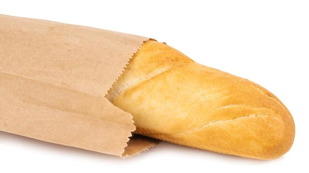 Francuska bagietka w papierowej torbie na białym tle.