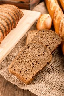 Francuska bagietka z tureckimi bułeczkami i kromkami chleba