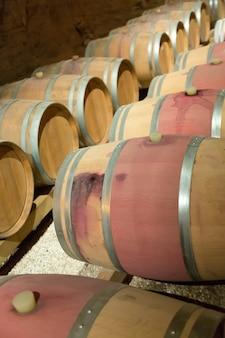Francuska winiarnia z drewnianymi beczkami