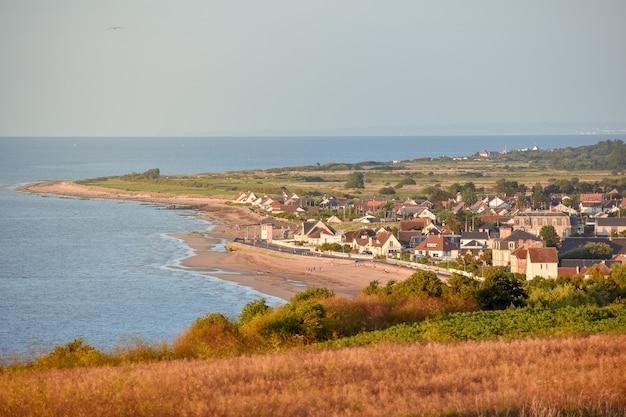 Francuska wioska na wybrzeżu normandii o zachodzie słońca.