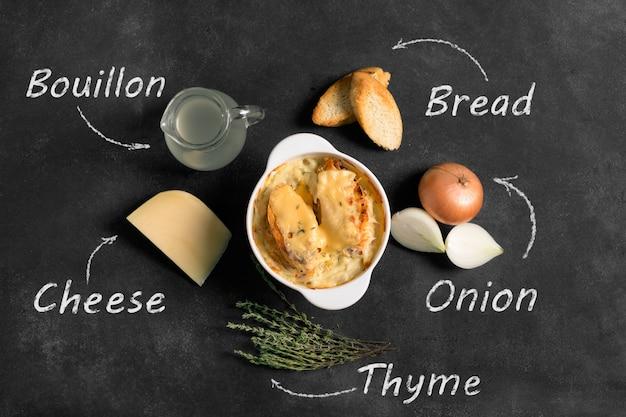 Francuska zupa cebulowa na czarnych deseniach