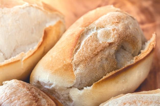 Francuski chleb na drewnianej desce na zdjęciu makro