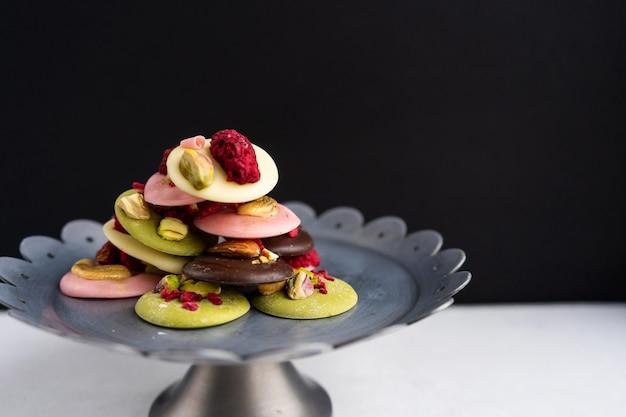 Francuski deser bożonarodzeniowy złożony z czekolady, jagód i orzechów