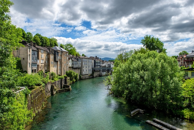 Francuski krajobraz w kraju nad rzeką oloron oloron sainte marie we francji