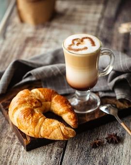 Francuski rogalik i kubek kawy latte