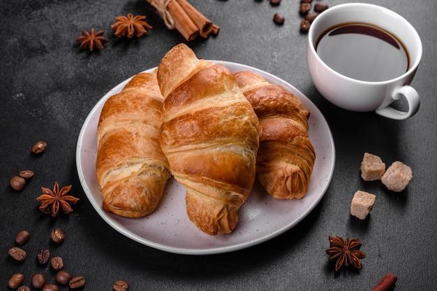 Francuski rogalik z filiżanką aromatycznej kawy