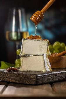 Francuski ser kozi valencay. domowy ser z ekologicznego mleka. styl rustykalny.