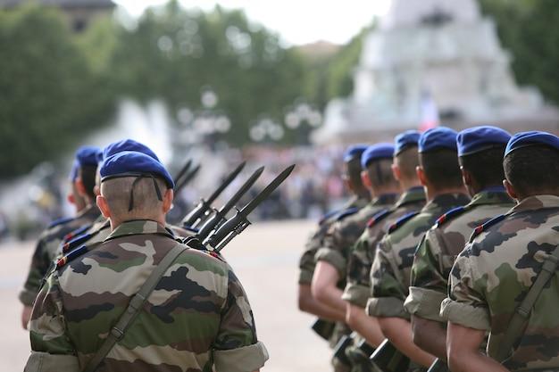 Francuski uzbrojony żołnierz marszu