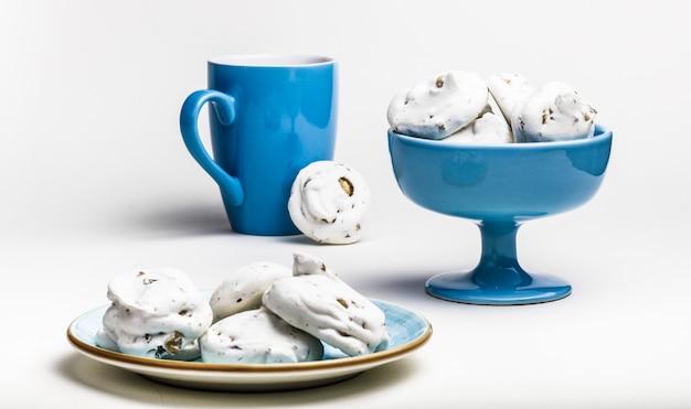 Francuskie ciasteczka bezowe na scenie łupków.