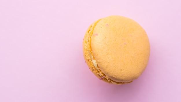 Francuskie ciasto makaronik na różowym tle smaczne owocowe migdałowe słodkie ciasteczko