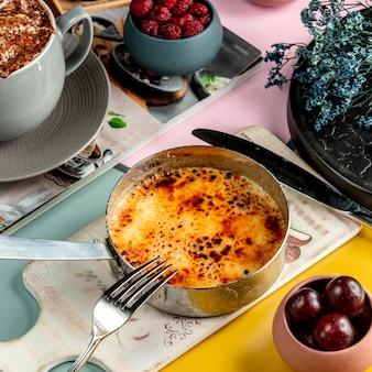 Francuskie ciasto podawane na miedzianej patelni
