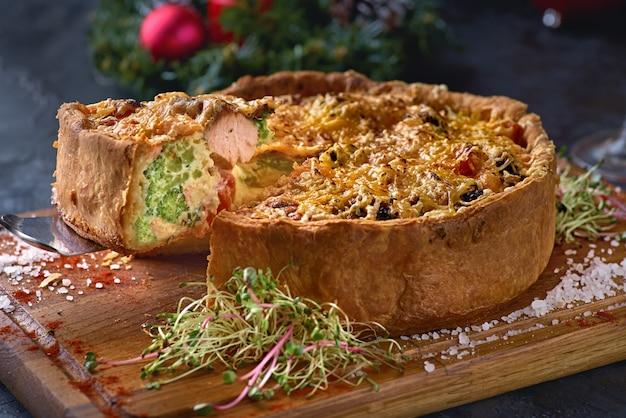 Francuskie ciasto quiches z brokułami, serem i łososiem.