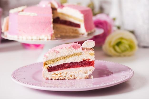 Francuskie ciasto waniliowe z kompotem truskawkowym, musem pistacjowym i chrupiącą warstwą