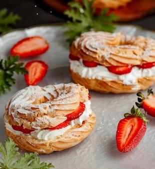 Francuskie ciasto z truskawkami i białą śmietaną