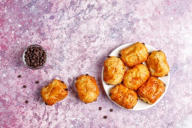 Francuskie croissanty pain au chocolate.