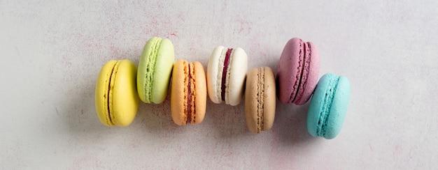 Francuskie deserowe kolorowe makaroniki, minimalna koncepcja płaskiego lay