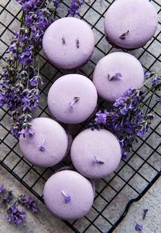 Francuskie makaroniki o lawendowym smaku i świeżych kwiatach lawendy
