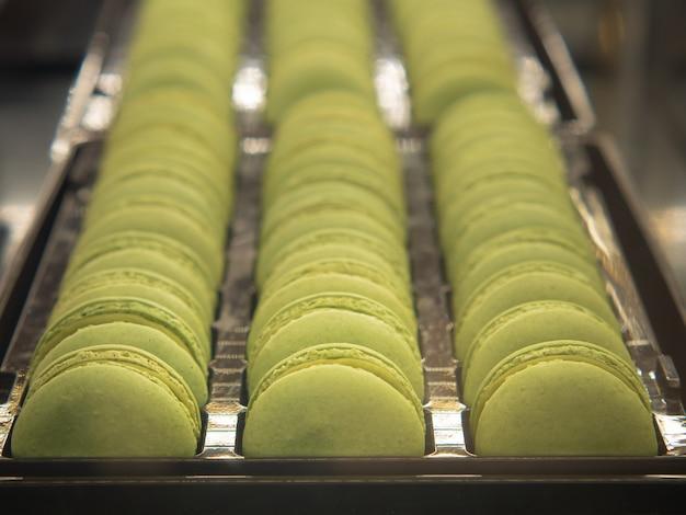 Francuskie makaroniki pistacjowe lub francuskie słodkie ciasteczko.