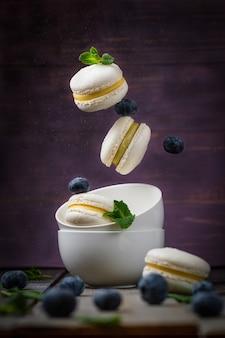 Francuskie makaroniki z nadzieniem pistacjowym i mandarynkowym lewitacja deseru