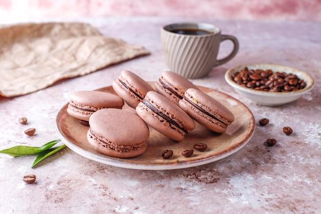 Francuskie makaroniki z ziarnami kawy.