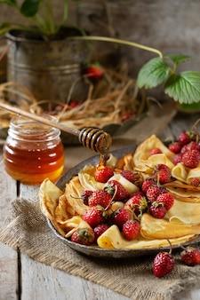 Francuskie naleśniki z miodem i truskawkami