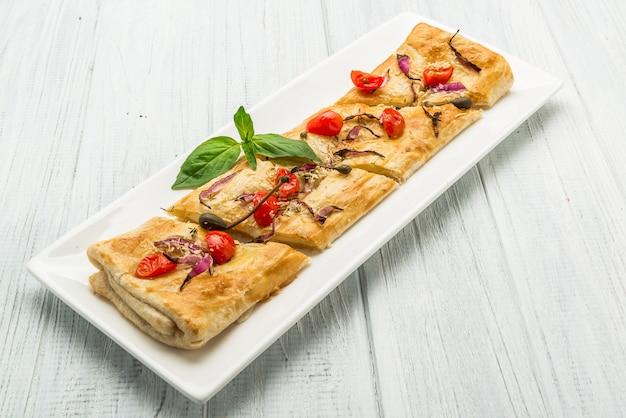 Francuskie pizze z mozzarellą, pomidorami koktajlowymi i bazylią dla dzieci