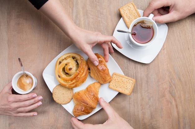 Francuskie śniadanie - kawa i herbata z pysznym ciastem