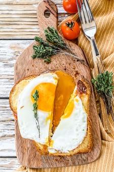 Francuskie tosty croque madame z serem i szynką