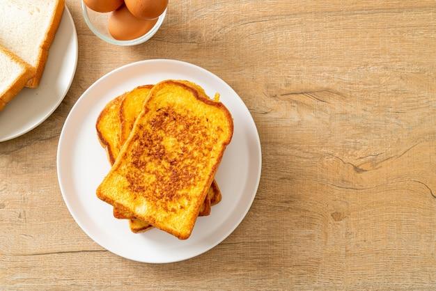 Francuskie tosty na białym talerzu na śniadanie?