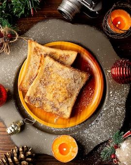 Francuskie tosty na drewnianym talerzu