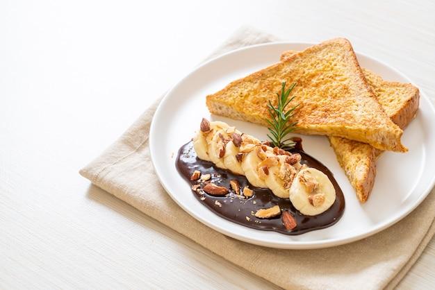 Francuskie tosty z bananem, czekoladą i migdałami