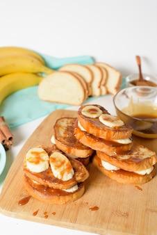 Francuskie tosty z bananem i syropem klonowym