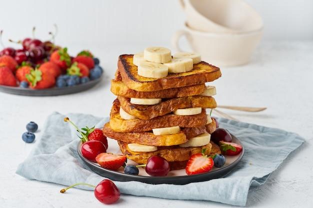 Francuskie tosty z jagodami i bananem