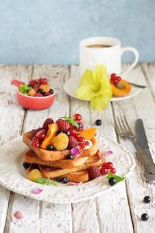 Francuskie tosty z jagodami i śmietaną na śniadanie
