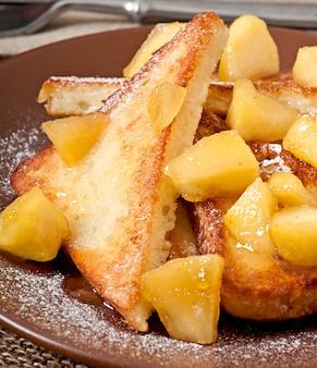 Francuskie tosty z karmelizowanymi jabłkami na śniadanie