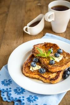 Francuskie tosty ze świeżymi jagodami i syropem klonowym