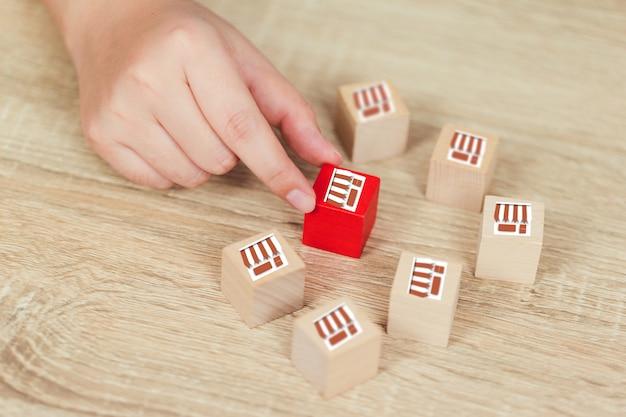 Franczyzy biznesowa pojęcia kobiety ręka wybiera drewnianego blog z franczyzowym marketingiem.