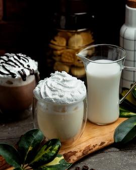 Frappuccino z kawą i mlekiem na stole