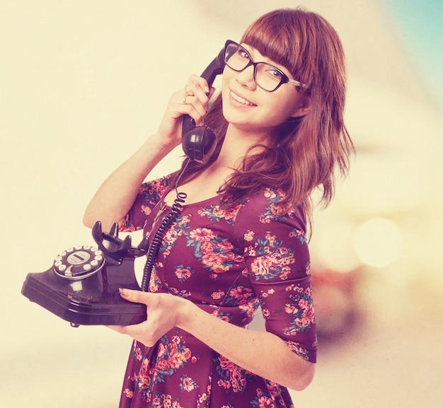 Frasobliwy młoda kobieta-telefon