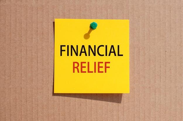 Fraza biznesowa - podwójne opodatkowanie - napisana na żółtym kwadratowym papierze i przypięta na tekturze, koncepcja