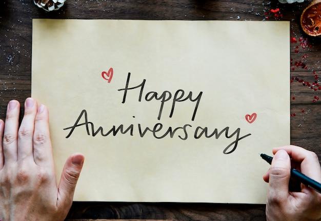 Fraza happy anniversary na papierze