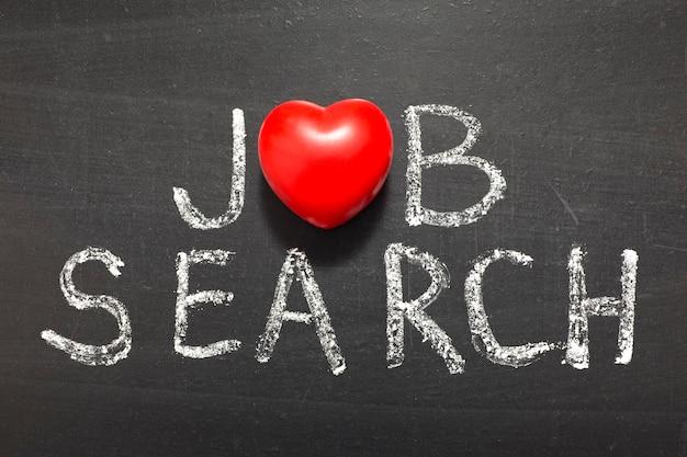Fraza wyszukiwania pracy napisana odręcznie na tablicy z symbolem serca zamiast o