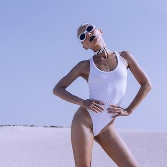 Freak mody pani na pustyni. wygląd plaży. imprezowe wibracje na wakacjach