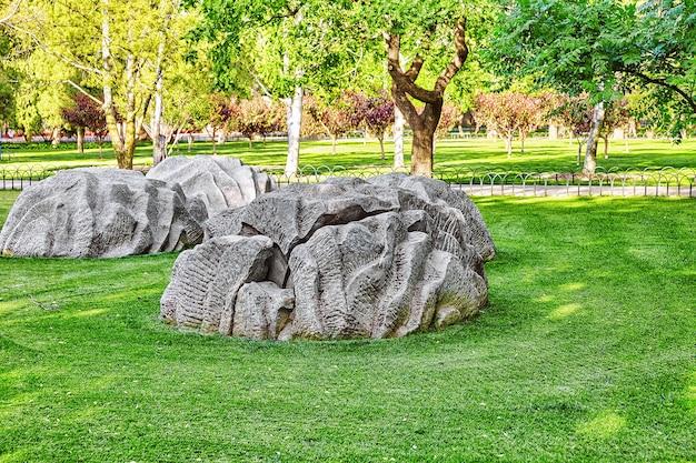 Freakish kamienie w parku w pobliżu kompleksu temple of heaven w pekinie, chiny.